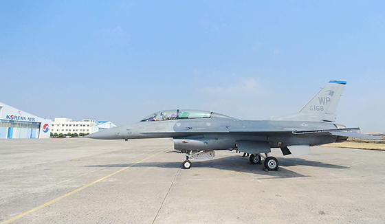 대한항공이 정비하는 F-16 전투기. (사진 = 대한항공)