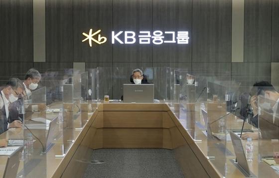 27일 KB국민은행 여의도본점에서 화상회의로 개최된 제3차 KB뉴딜·혁신금융협의회 모습 (사진 = KB금융그룹 제공)