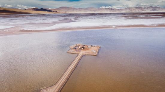 아르헨티나 리튬 염호에서 탐사를 진행하고 있다 (사진 = 포스코 제공)