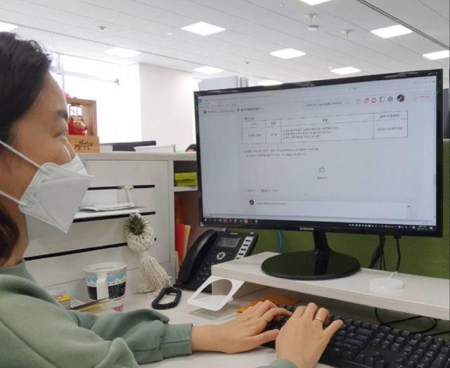삼성전자 임직원이 온라인 커뮤니티를 통해 학생들의 질문에 답변을 하고 있다. (사진 = 삼성전자)