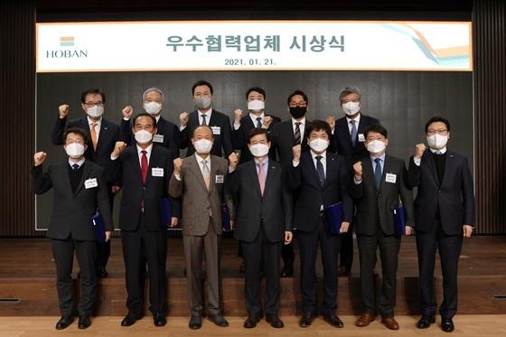 (앞 줄 왼쪽에서 두 번째 노종세 세석건설 대표, 네 번째 김선규 호반그룹 총괄회장) (사진 = 호반)