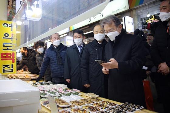조봉환 이사장이 대전한민시장을 방문해 설명절 장보기 및 전통시장 서비스개선 점검에 나서고 있다. (사진 = 소진공)