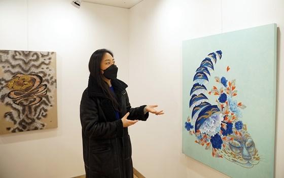 지민선 작가가 유디갤러리에서 작품을 소개하는 모습 (사진 = 유디치과)