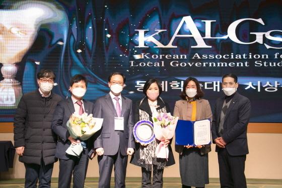 박연숙 화성시의원(왼쪽 네번째)이 우수상 수상 후 참석자들과 기념촬영을 하는 모습. (사진 = 화성시의회)