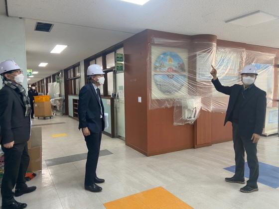 경기도교육청 관계자들이 학교내 석면을 점검하고 있다. (사진 = 경기도교육청)