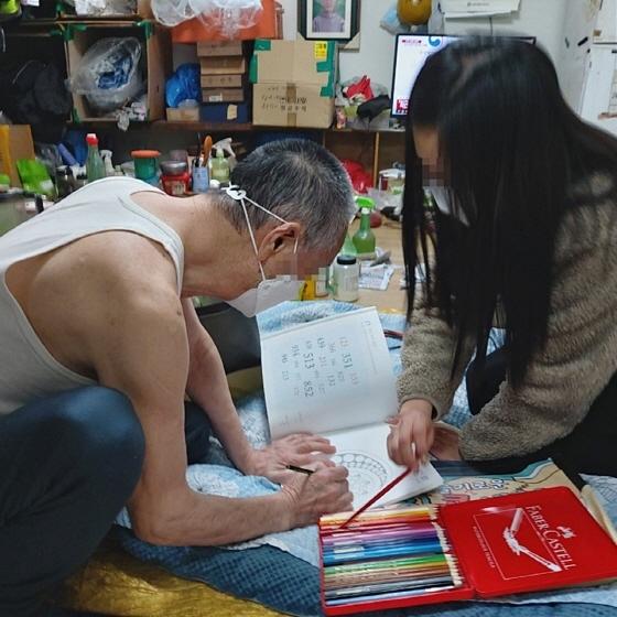 한 복지사가 노인의 집을 방문해 이야기를 나누고 있다. (사진 = 수원시)