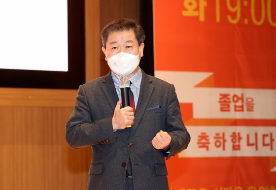 23일 광명극장 공연장에서 광명자치대학 제1기 졸업식이 열린 가운데 박승원 광명시장이 발언하고 있다. (사진 = 광명시)