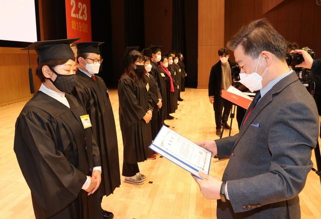 23일 광명극장 공연장에서 광명자치대학 제1기 졸업식이 열린 가운데 박승원 광명시장이 졸업생들에게 졸업장을 스여하고 있다. (사진 = 광명시)