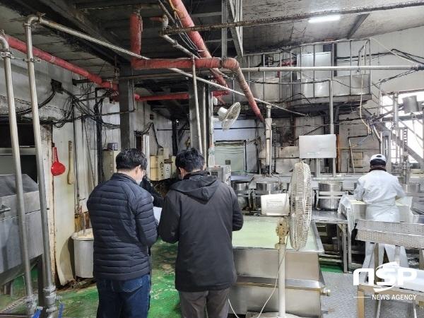 지난 4일 군위군은 환경오염물질 배출업소에 대한 합동점검을 실시했다. (사진 = 군위군)