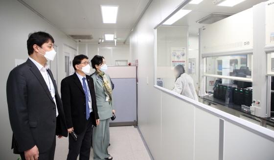 5일 조석환 의장(왼쪽부터, 김기정 부의장, 이미경 복지안전위원장이 SD바이오센서를 방문해 검사키트 생산과정을 살펴보고 있다. (사진 = 수원시의회)