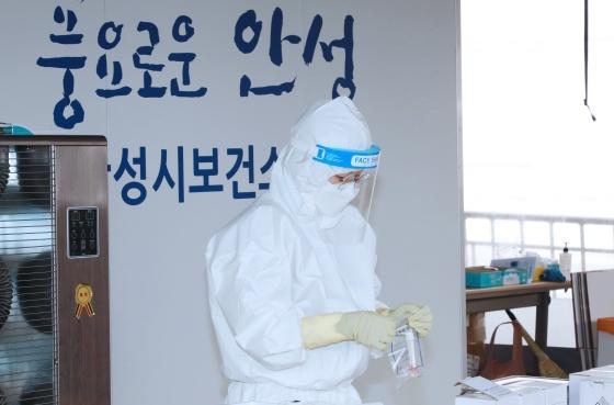 안성시보건소 내 코로나19 선별진료소에서 현장근무하는 김보라 안성시장. (사진 = 안성시)