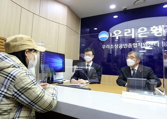 청년 자영업자 컨설팅 과정을 참관하는 윤석헌 금융감독원장 (사진 = 금감원)
