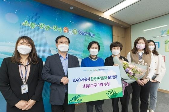 양천구의 서울시환경관리실태 종합평가 최우수구 수상 기념사진 (사진 = 양천구)