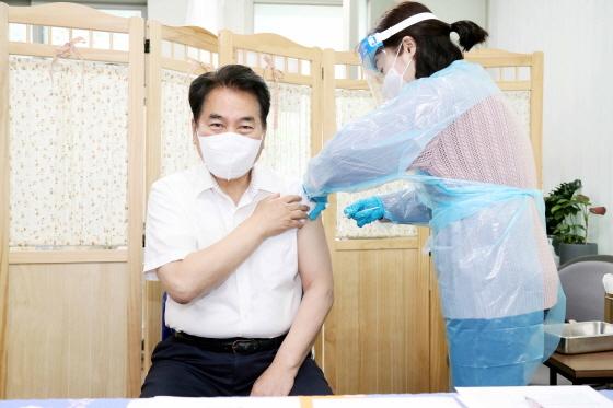 9일 처인구보건소에서 백군기 용인시장이 아스트라제네카(AZ) 백신 주사를 맞고 있다. (사진 = 용인시)