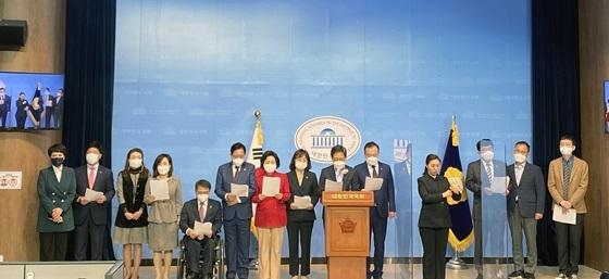 국민의힘 소속 초선 국회의원들이 국회 소통관에서 기자회견을 진행하고 있다. (사진 = 최승재 의원실)