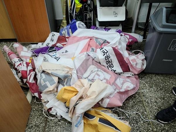 울릉군이 공무직 분회의 의사표현 현수막을 철거한 후의 부적절한 관리가 도마에 올랐다. (사진 = 울릉군 공무직 분회)