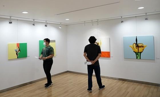 유디갤러리를 찾은 관람객이 강윤정 작가의 작품을 감상하고 있다 (사진 = 유디치과)