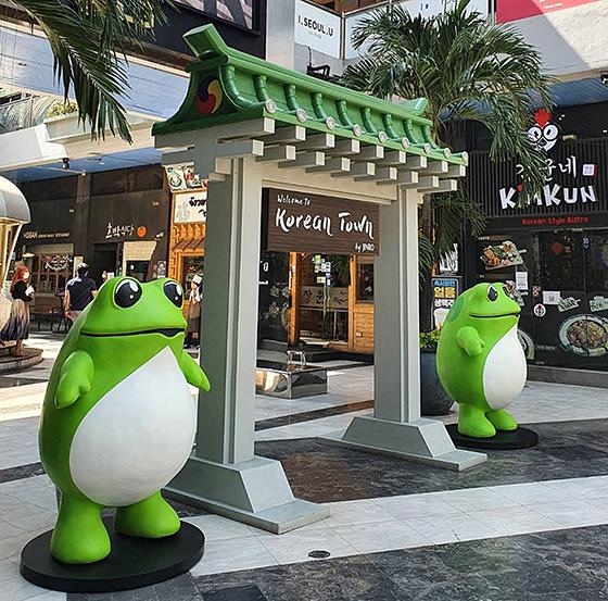 태국 방콕에 위치한 수쿰윗(Sukhumvit) 코리아타운에 진로 두꺼비 설치 등 브랜드 인지도 확대에 나서고 있다. (사진 = 하이트진로)