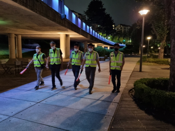 30일 수원시·경기도 공직자들이 공원을 돌며 야간음주 행위를 합동점검하는 모습. (사진 = 수원시)