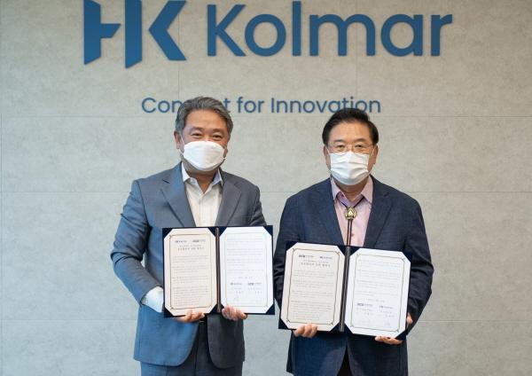 우동기 대구가톨릭대 총장(오른쪽)과 안병준 한국콜마 대표가 상호협력을 위한 협약을 체결하고 협약서를 보이고 있다.