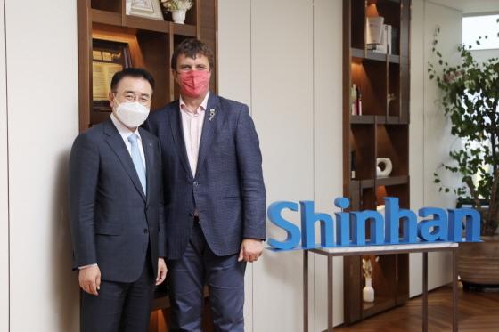 14일 조용병 신한금융그룹 회장(왼쪽)과 영국 기후행동 챔피언 나이젤 토핑이 기념 촬영을 하고 있다. (사진 = 신한금융그룹)