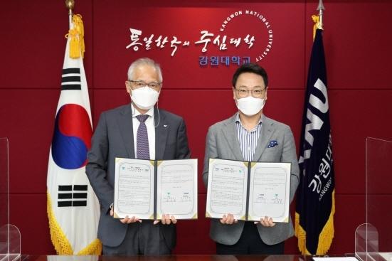 서진호 SPC 식품생명공학연구소장(왼쪽)과 김헌영 강원대 총장 (사진 = SPC그룹 제공)
