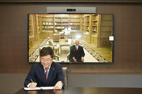 SK지오센트릭 나경수 사장(좌)과 APP그룹 황즈위엔(黄志源) 회장. (사진 = SK지오센트릭)