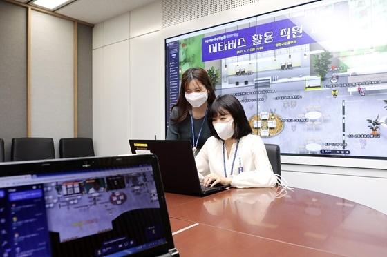 메타버스 플랫폼에 접속해 수강 중인 직원들의 모습