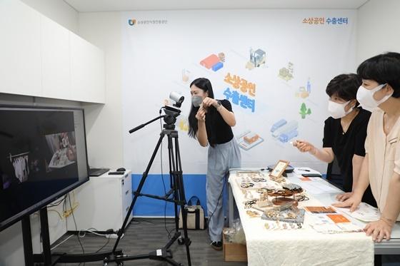 소상공인 수출센터에서 화상회의를 통해 해외 바이어에게 소상공인 우수제품을 소개하고 있다. (사진 = 소진공)